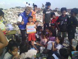 Relawan BAZNAS dan Gerakan Indonesia Membaca Hibur anak anak di Penggusuran Pasar Ikan Luar Batang