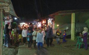 Warga Warung Mangga Saat Berkeliling Kampung membawa Obor