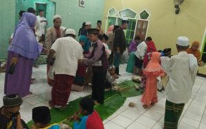 Hiruk Pikuk Makan Bersama Usai Pawai Obor di Mushollah Nurul Jannah