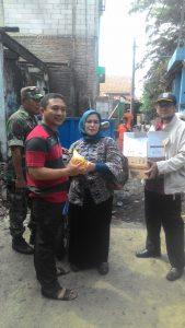 Pemberian Santunan Korban Kebakaran Oleh Kelurahan Semper Barat kepada Ketua RW 05