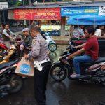 Polsek Cisauk bagikan Takjil bagi warga dan Pengendara
