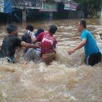 Aksi Sosial, Pemuda Poncol Bantu Warga Menyebrang di Tengah Arus Banjir