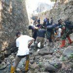 Bersama Pengrajin Tahu dan Karang Taruna, Sektor 22 Citarum Harum Sub 11 Bersihkan Sungai Ciwaru