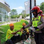Polwan Cantik di Sukabumi Bagi-bagi Masker dan Edukasi Warga dengan 3M