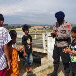 Brimob Polda Jabar Ajarkan Cara Mencuci Tangan Yang Benar Kepada Anak – Anak Desa Sarwadadi Cirebon