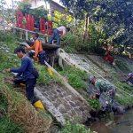 Sektor 22 Citarum Harum Sub 11, Bersihkan Sampah dan Rumput Liar di Sungai Cijalupang