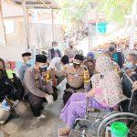 Kapolres Cirebon Kota, berbagi kasih pemberian kursi roda dan obat-obatan pada lansia di Jalan Cangkring