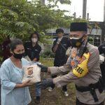 Kapolres Cirebon Kota, dengan berjalan kaki, berbagi Kasih bagikan Beras kepada warga di Pasindangan