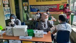 Polsek Mampang Prapatan Monitoring Pelaksanaan Vaksinasi Astrazeneca di KTJ RW.02 Bangka