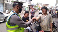 Sat lantas Polres Ciko , gencar laksanakan PPKM Skala Mikro dengan membagikan masker Gratis.