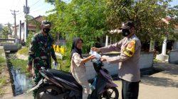 Giat Posko PPKM Mikro Di Desa Kendayakan Polsek Terisi Bagikan Masker