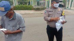 Giat Posko PPKM Mikro Di Desa Karangasem Anggota Polsek Terisi Bagikan Masker