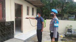 Anggota Polsek Tukdana Giatkan PPKM Penyemprotan Cairan Disinfektan