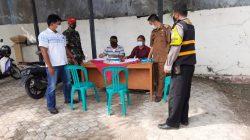 Anggota Polsek Sukagumiwang Giat Posko PPKM Mikro Di Desa Sukawera