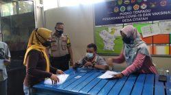 Personel Polsek Cipatat Monitoring Pembagian Dana BST Kemensos