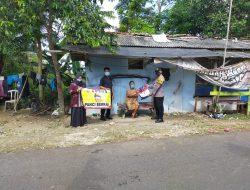 Jajaran Personel Polsek Kalipucang Salurkan Bantuan Kemanusian Kepada Warga Isolasi Mandiri