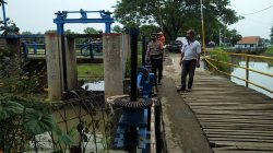 Tim SAR Brimob Jabar Cek Debit Air Sungai Cirebon Girang