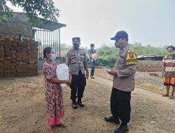 Polisi Salurkan Paket Sembako Bagi Pemulung Dan Pedagang Keliling Di Masa PPKM Darurat Level 4