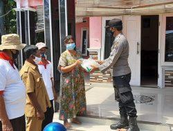 Anggota Polsek Arahan Bagikan Bansos Di Desa Linggajati Dalam Rangka PPKM Level 04