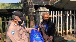 100 Paket Sembako Terus di Bagikan Setiap Harinya Oleh Personel Polres Cimahi Dalam Rangka Baksos di Massa PPKM Darurat Level 4