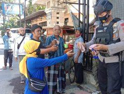 Anggota Brimob Jabar Bagikan Masker Gratis Dan Edukasi PPKM Kepada Masyarakat Cianjur