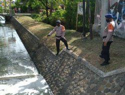 Tim Siaga SAR Brimob Jabar Tingkatkan Kegiatan Patroli Ke Pintu Air Di Beberapa Sungai Rawan Banjir Di Cirebon