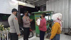 Polri Bagikan Paket Sembako Ke Pedagang Kaki Lima Yang terdampak PPKM Darurat Level 4