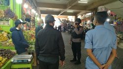 Patroli Brimob Jabar Berikan Edukasi Protokol Kesehatan Kepada Para Pedagang Di Pasar Cipanas