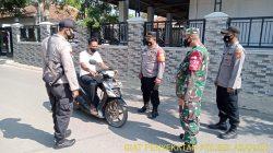 Kapolsek Arahan Giat Penyekatan Di Jalan Desa Cidempet Dalam Rangka PPKM Level 4