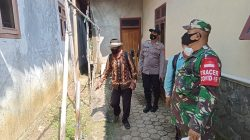 Anggota Polsek Arahan Giat Penyemprotan Disinfektan Di Desa Pranggong