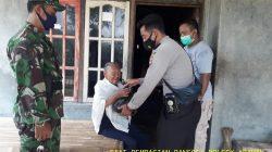 Anggota Polsek Arahan Salurkan Bansos Polri Peduli PPKM Level 4