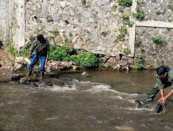 Bersihkan Sungai Cikapundung, Dansub 4 Sektor 22 Citarum Harum, Ajak Warga Peduli Lingkungan