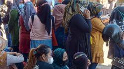 Warga Desa Raharja Berkerumun di kantor Desa Untuk Mendapatkan Bantuan Banprov
