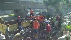 Pasukan Satgas Citarum Harum Sektor 22 Sub 13, Bersama Gober Rapihkan Tumpukan Sampah