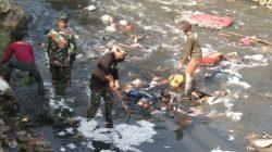 Serka Wahyu Pimpin Langsung Pembersihan Sungai Citeupus