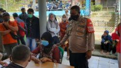Anggota Polsek Batujajar Monitoring Vaksinasi Massal Covid 19 Berbasis Presisi