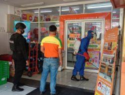 Tak Pernah Bosan, Brimob Jabar Rutin Semprotkan Disinfektan Ke Minimarket Sekitar