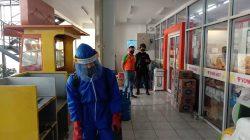 Ditengah PPKM Darurat Level 4, Tak Pernah Bosan Sat Brimob Polda Jabar Rutin Semprotkan Disinfektan Ke Minimarket Sekitar