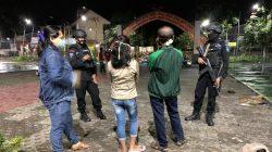 Patroli Kamtibmas Malam Hari, Brimob Jabar Tak Lupa Edukasikan Para Remaja Pentingnya Prokes