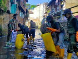 Bersihkan Sungai Cipaganti, Dansub 8 Sektor 22 Citarum Harum, Ajak Warga Cidadap Peduli Kebersihan Sungai