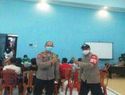 Kapolsek Cipeundeuy Pastikan Vaksinasi di Desa Ciharashas Aman