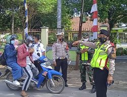 Cegah Penyebaran Covid-19, Polisi Bagi Bagi Masker Gratis Di Depan SMPN 1 Pameungpeuk Dimasa PPKM