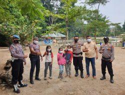 Cegah Penyebaran Covid-19, Polisi Bagikan Masker Grstis Kepada Pengunjung Obyek Wisata Dimasa PPKM