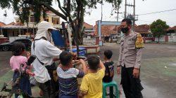 Polisi Sambangi Pedagang Beri Himbauan Untuk Patuhi Prokes Covid-19 Dan Bagikan Masker Dimasa PPKM