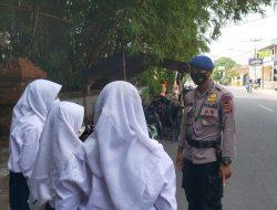 Patroli Ke Kawasan Sekolah, Personil Brimob Jabar Cek Kesiapan Penerapan Protokol Kesehatan Cegah Penyebaran COVID 19