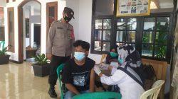PAM Dan Monitoring Vaksinasi Anggota Polsek Cikedung Di Puskesmas