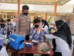 Anggota Polsek Terisi Giat Pam Dan Monitoring Vaksinasi Di SMPN 1 Desa Cibereng