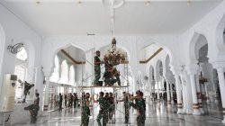 Jaga Kenyamanan Beribadah, Ratusan Prajurit Kodam IM Bersihkan Masjid Raya Baiturrahman