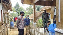 Polisi Berikan Bantuan Paket Sembako Kepada Warga Isoman Kurang Mampu Dimasa PPKM