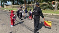 Pelayanan Brimob untuk Masyarakat membantu Sebrangkan Anak-anak Yang Bersekolah